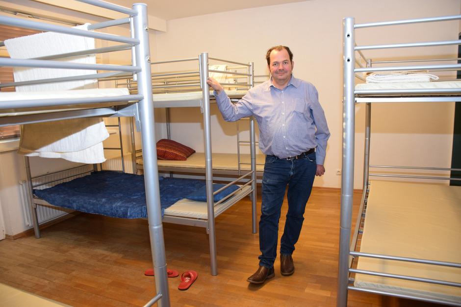In der simpel eingerichteten Wohnung kann Notschlafstellenleiter Bernhard Kapfinger bis zu zwölf Menschen einen warmen Schlafplatz bieten.