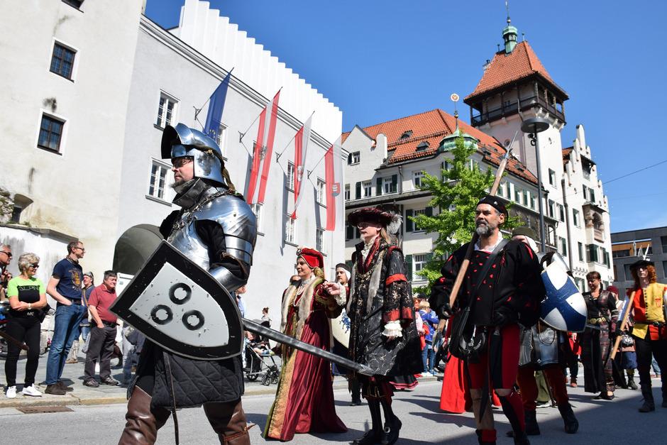 Wie im Vorjahr werden heuer wieder die Ritter durch Kufstein ziehen, diesmal sind die Bewohner aufgerufen, sich mit mittelalterlicher Kleidung anzuschließen.