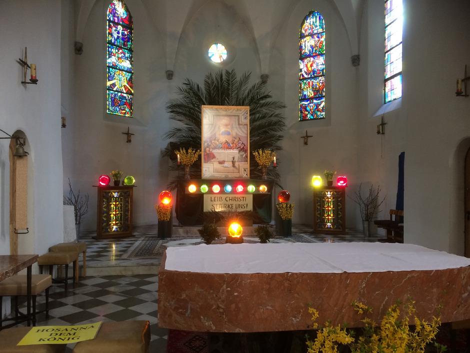 Die Altäre der Imster Kirchen sind festlich im österlichen Brauchtum geschmückt.