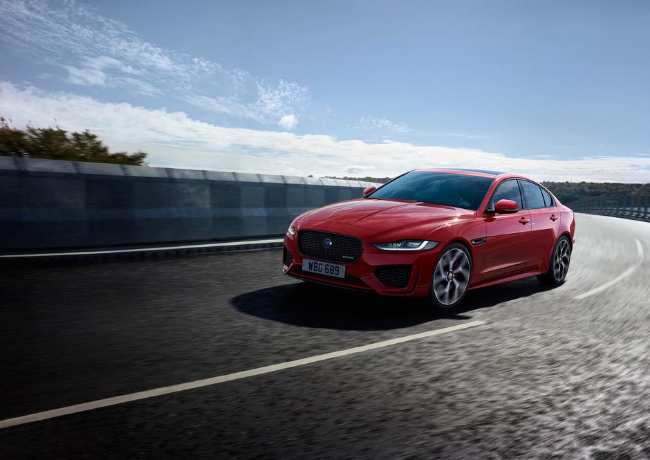 Breitspuriger und noch dynamischer wirkt der Jaguar XE nach den optischen Front- und Heckretuschen.