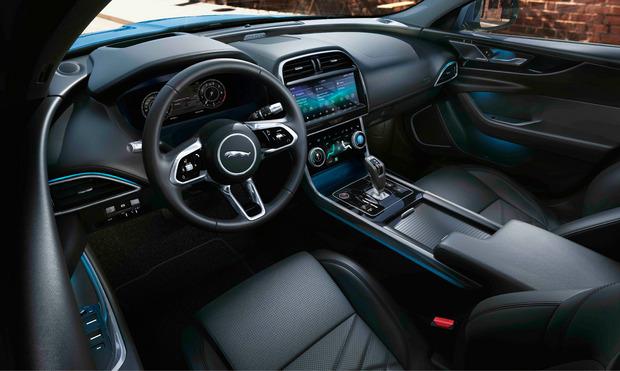Neue Instrumente und ein neues Infotainmentsystem sind Bestandteile des überarbeiteten Jaguar XE, der im Juni auf den Markt kommt.