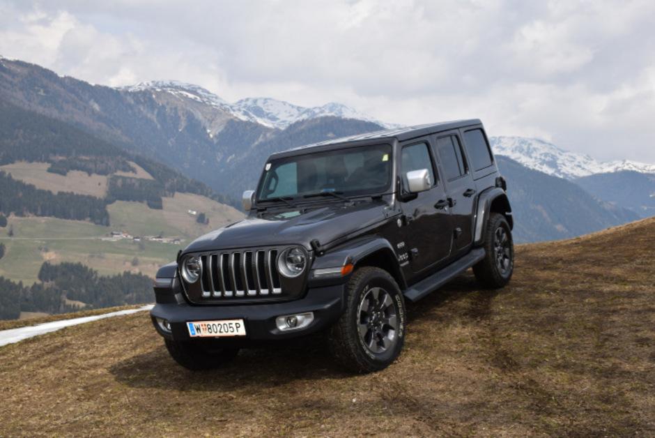 Vertrauenswürdig: Mit der robusten Offroad-Technik lässt sich der Jeep Wrangler mühelos abseits befestigter Straßen bewegen, nötigenfalls auch mit Untersetzungsgetriebe.