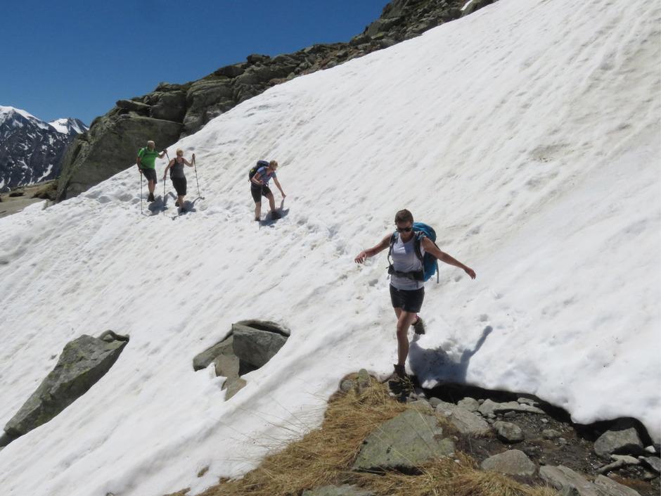 Beim Überqueren von Schneefeldern lauert große Gefahr.