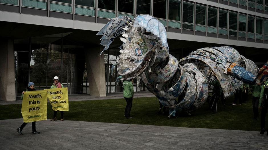 Das 20 Meter lange drachenartige Monster aus Plastikmüll werde zu seinem Verursacher zurückgebracht, hieß es von Greeenpeace.