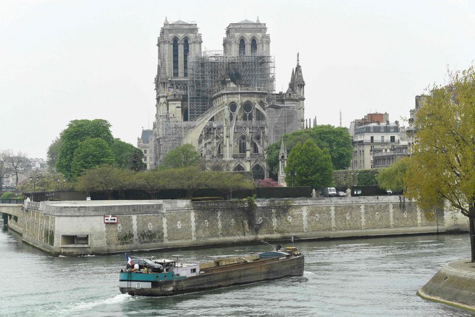 Notre-Dame mitsamt seiner Dachkonstruktion und dem nun fehlenden Turm wird wieder aufgebaut werden.