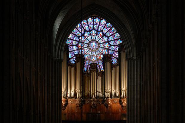 Die große Orgel mit knapp 8000 Pfeifen mit großem Rosenfenster im Hintergrund.