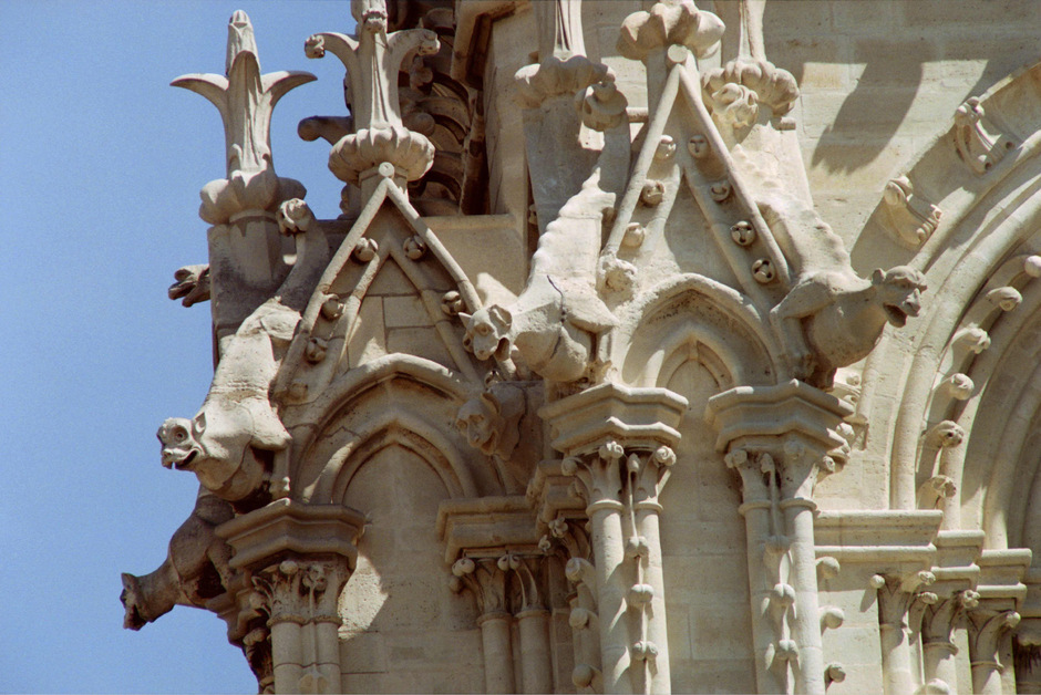 Ob die dämonenhaften Figuren aus Stein an der Fassade beschädigt wurden, ist noch unklar.