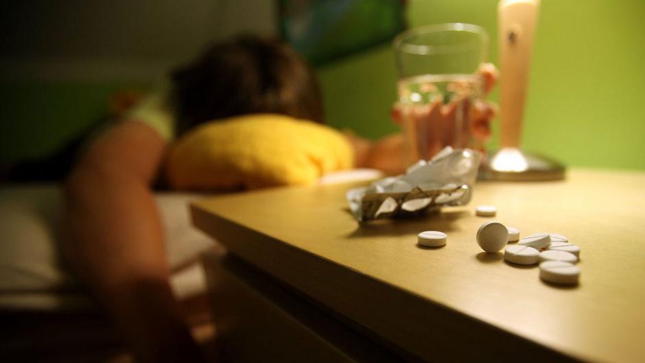 Der Tatverdächtige gibt seinen Opfern Schlaf- und Beruhigungsmittel und macht sie damit völlig hilflos.