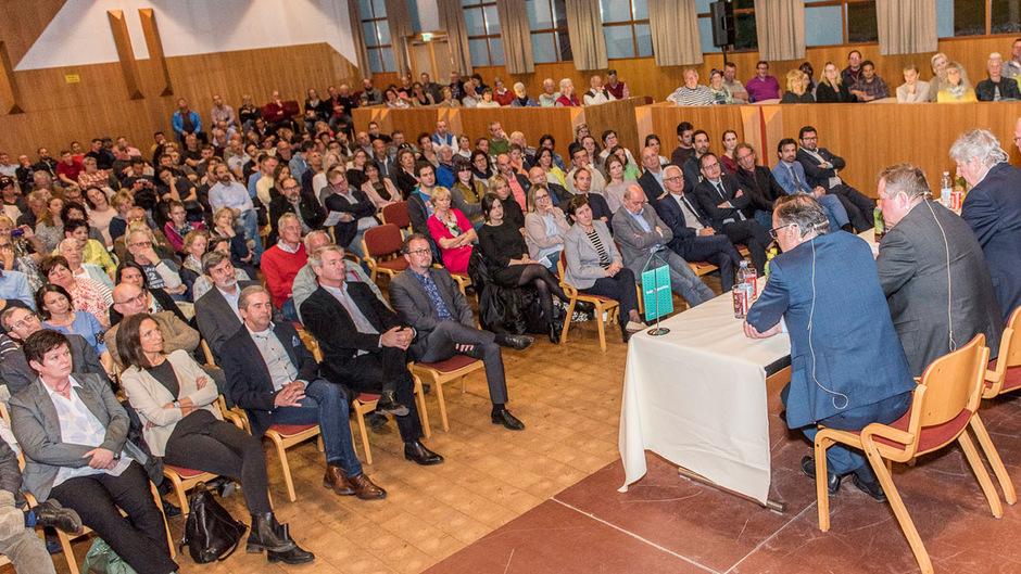 Der Gemeindesaal in Natters war übervoll, das Publikum beteiligte sich rege an der Debatte.