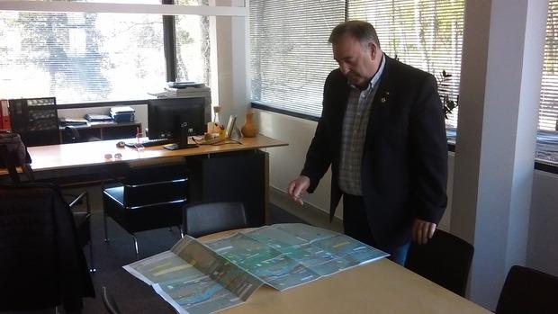 BM Herbert Kröll (r.o.) erklärt anhand des Planes die umfangreichen Erdbewegungen (siehe Bild unten).