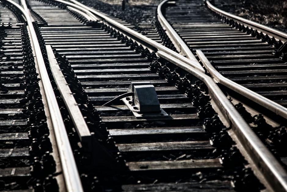 Derzeit ist noch offen, in welche Richtung die Weichen für die neue Bahntrasse gestellt werden.