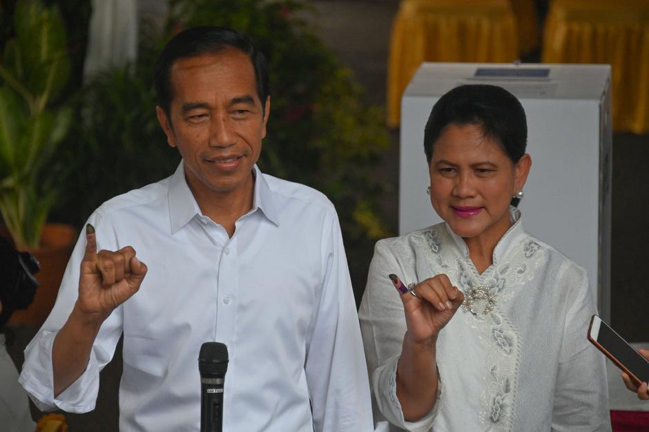 Amtsinhaber Joko Widodo mit Ehefrau  Iriana bei der Stimmabgabe.