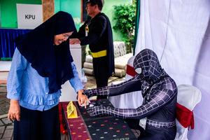 Die Wahl in Indonesien hat durchaus auch skurile Seiten:  Wahlhelfer in einem Wahllokal in Surabaya.