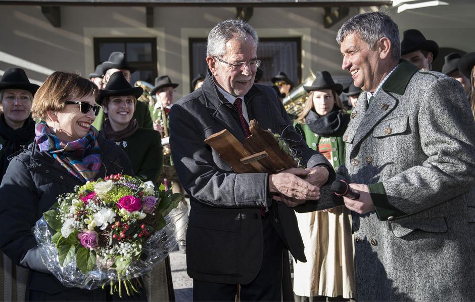 Alexander Van der Bellen kurz nach seiner Wahl beim Neujahrsempfang 2017 mit Bürgermeister Pepi Raich im Kaunertal.
