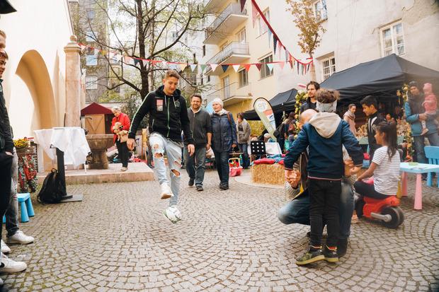 Lukas Hupfauf gestern beim Ostermarkt in Innsbruck - ein Ei wollen die Innsbrucker am Samstag (17 Uhr) den Mattersburgern legen??
