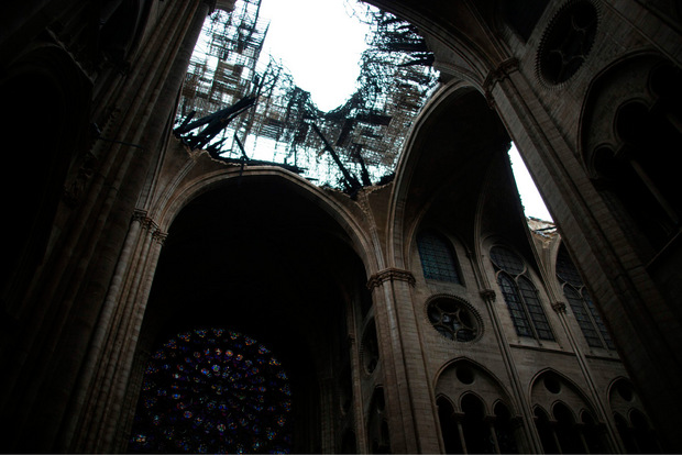 Bei dem Brand stürzten Teile der Dachkonstruktion in das Mittelschiff der Kathedrale.