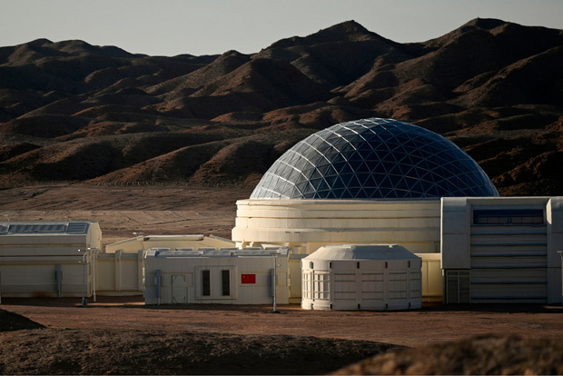 Die futuristischen weißen Gebäude, über denen eine silberfarbene Kuppel thront, setzen sich aus neun Modulen zusammen, darunter Wohnbereiche, ein Kontrollraum, ein Gewächshaus und eine Luftschleuse.