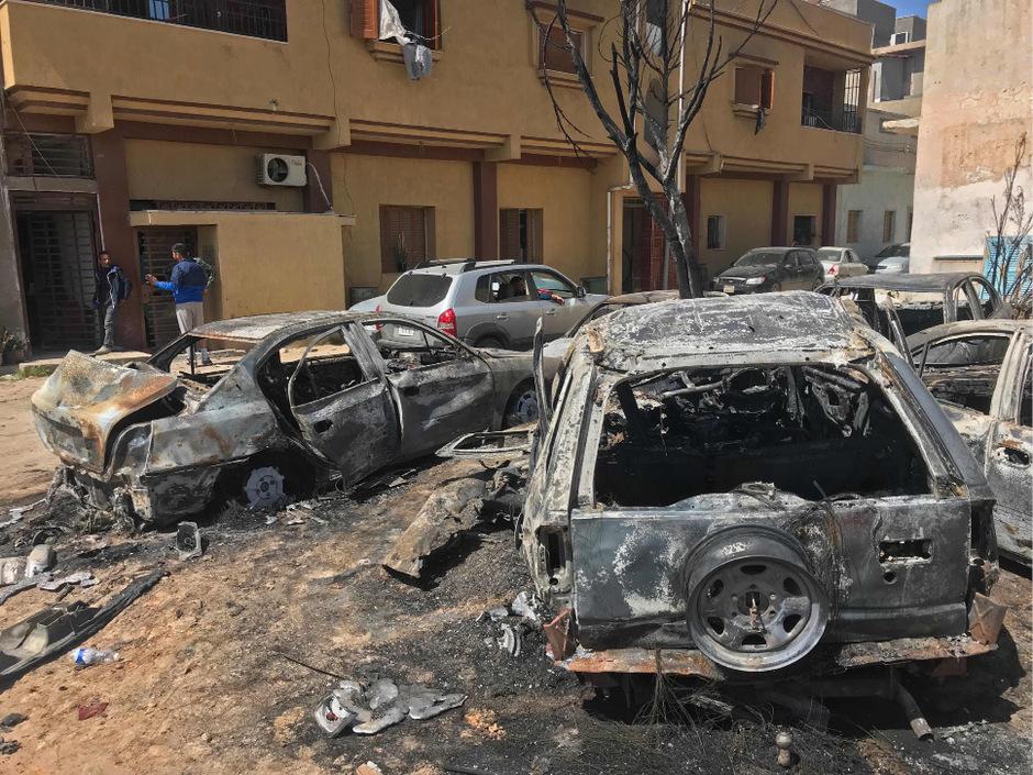 Bei einem Raketenangriff auf ein Wohngebiet in dem Vorort Abu Salim im Südwesten von Tripolis kamen sechs Zivilisten ums Leben.
