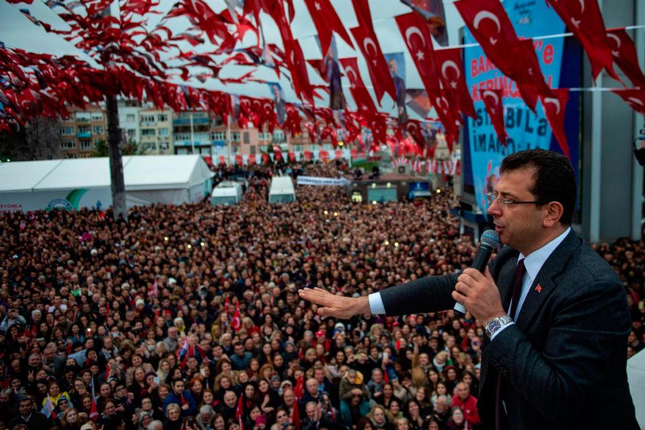 Ekrem Imamoglu sprach am Montag vor seinen Anhängern in Istanbul.