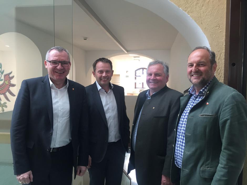 Landesrat Hannes Tratter freut sich mit den Bürgermeistern Alexander Woertz (Pfons), Alfons Rastner (Mühlbachl) und Paul Hauser (Matrei; v.l.) über den Start des gemeinsamen Gemeindeamts.