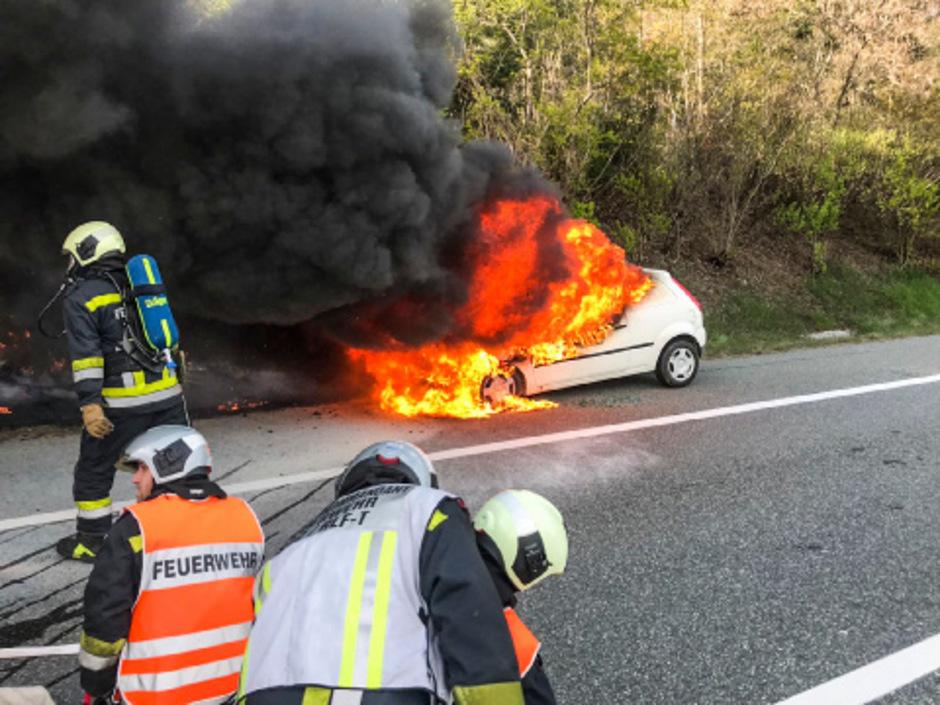 Das Feuer breitete sich über den ganzen Wagen aus.