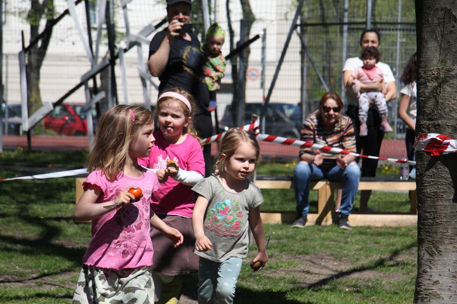 Ronja (3 Jahre), Helena (4 Jahre) und Rosina (3 Jahre) gehörten zu den jüngsten Teilnehmern des diesjährigen Ostereierlaufs im Innsbrucker Stadtteil Anpruggen