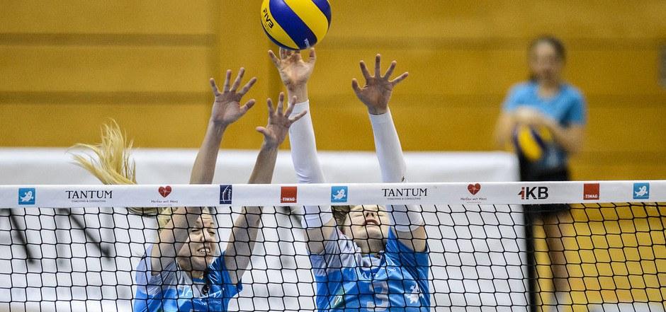 Die TI-Damen (Melanie Fleisch und Elisa Caria) strecken sich nach der ersten Bundesliga. Es gilt nun, Bisambergs Angriffe zu blocken.