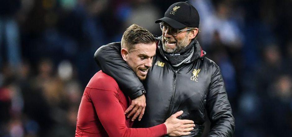 Liverpool-Kapitän Jordan Henderson (l.) und Coach Jürgen Klopp freuen sich über den Halbfinal-Einzug.
