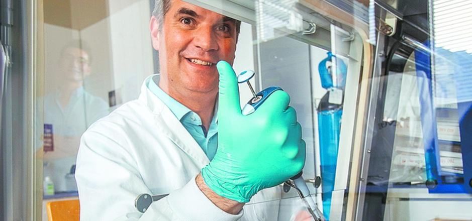 Geburtshilfe für neue Hirnzellen: Frank Edenhofer beim Pipettieren von Stammzellproben.
