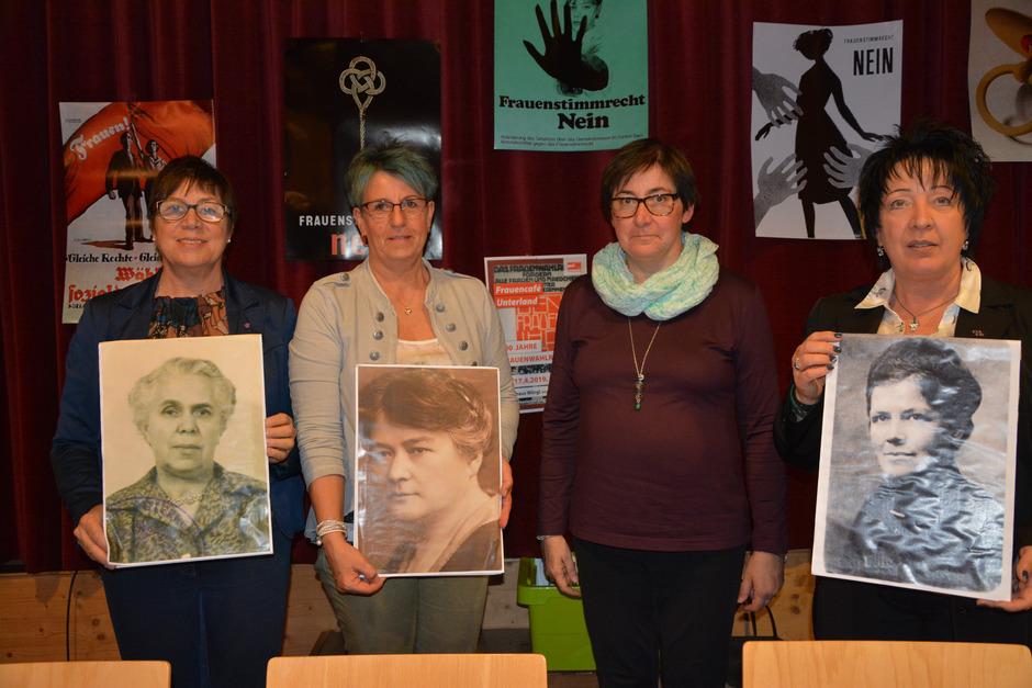 Beim Erzähl-Café wurde über politische Vorreiterinnen referiert: v.l. Anna Grafoner mit dem Porträt von Adele Obermayr, Beate Pargger mit Maria Ducia, Ingrid Tschugg und Beatrix Sloboda mit Adelheid Popp.