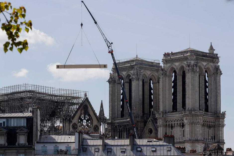 An der beschädigten Kathedrale wird nach dem Brand bereits wieder gewerkelt.