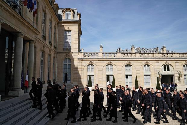 Feuerwehrleute betreten den Elysee-Palast.