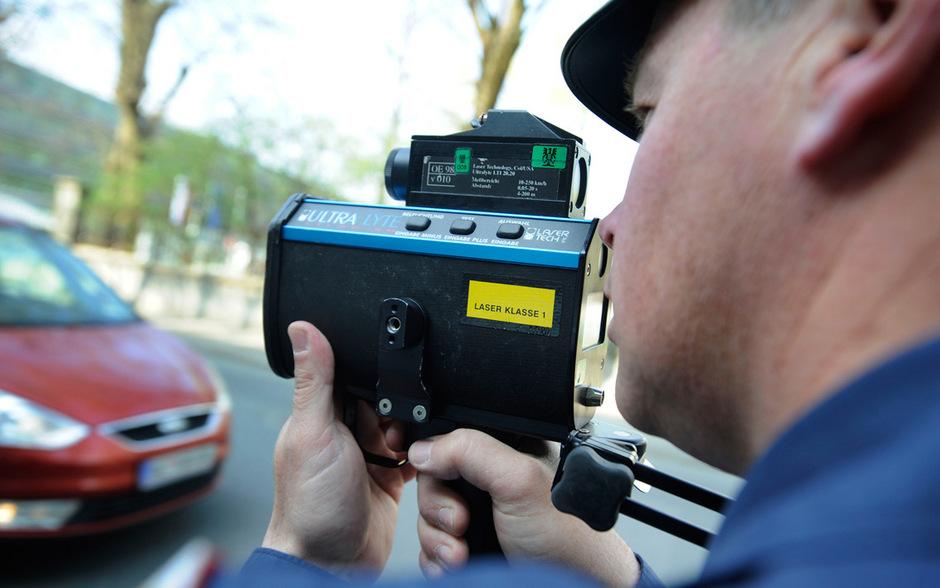 Seit Mitte Februar 2019 führt die Tiroler Polizei im Rahmen ihrer Verkehrsüberwachungsdienste auch spezielle Überprüfungen im Hinblick auf die Verwendung von Radar-/Laserblockern durch.  (Symbolfoto)
