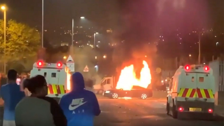 Fernsehbilder zeigen brennende Autos am Rande der Stadt Londonderry.