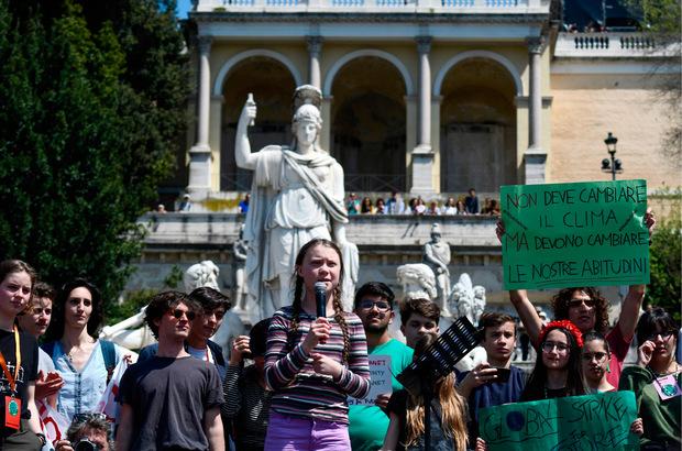"""Die 16-jährige Aktivistin auf der zentralen """"Piazza del Popolo""""."""
