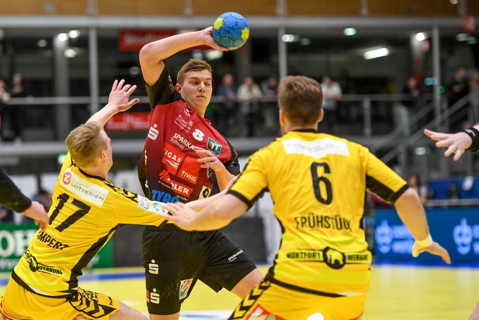 Im Cup-Halbfinale gab es für Schwaz mit Rücksraumspieler Sebastian Spendier (rot) gegen Rekordmeister Bregenz kein Durchkommen.
