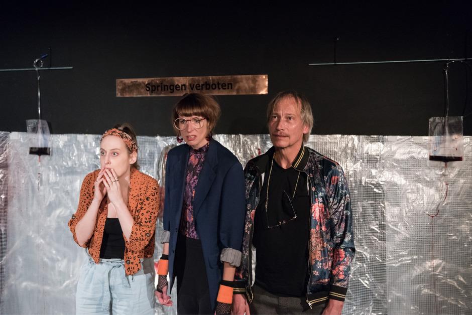 """Sensationsgeil aus Leidenschaft: Therese Hofmann, Margot Mayrhofer und Stephan Lewetz (von links) in """"pool (no water)""""."""