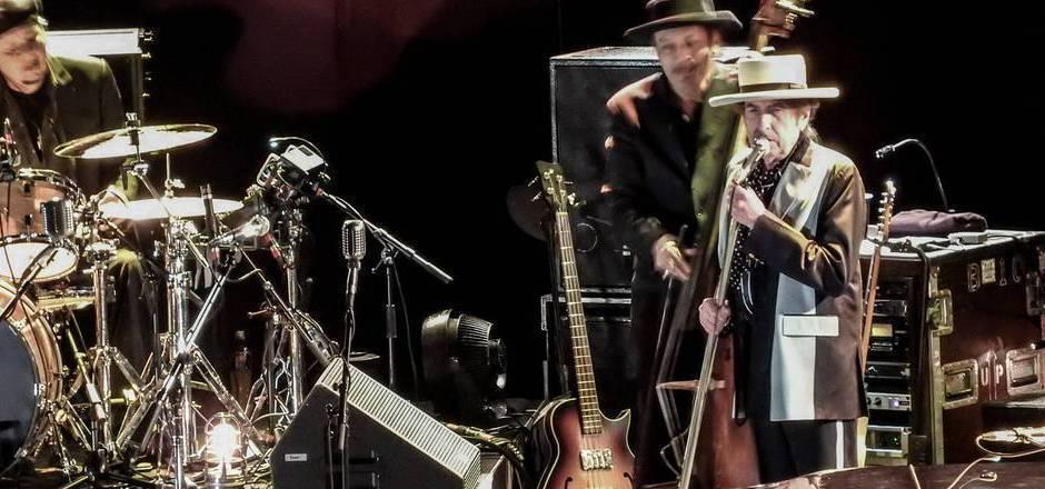 Bob Dylan mit Band vor gut zwei Jahren im englischen Nottingham. Bei Dylans Innsbruck-Konzert, bei dem der 78-Jährige auf jeglichen Kopfschmuck verzichtete, war wie schon bei seinen Auftritten in Wien das Fotografieren verboten.