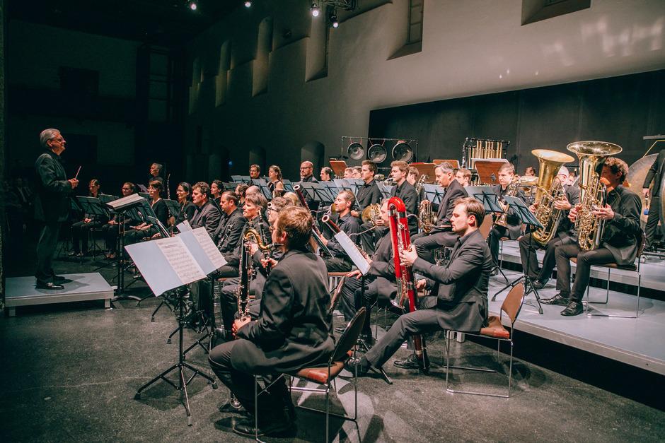 Dirigent Kasper de Roo (ganz links) verbringt einen entspannten Abend. Vor ihm sitzt Windkraft, ein Orchester auf hohem Niveau.