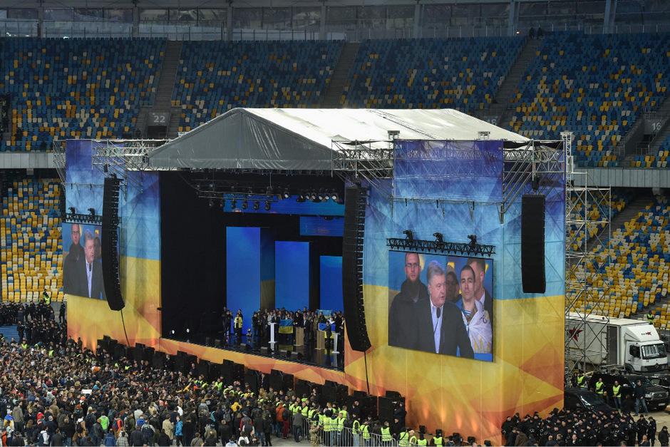 Duell auf großer Bühne: Poroschenko und Selenskyj standen sich im riesigen Fußballstadion gegenüber.