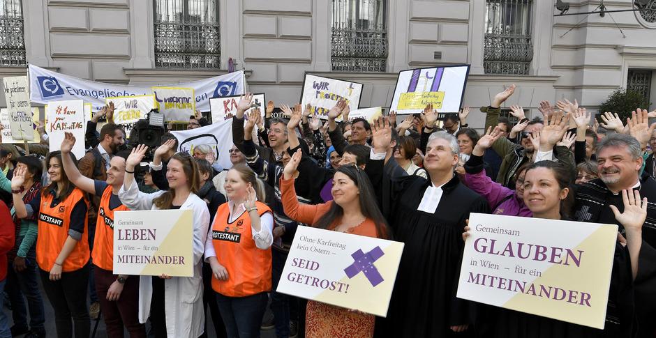 Gemeinsame Protestaktion der Evangelischen Kirche A.B. und der Altkatholischen Kirche Österreichs am Karfreitag in Wien.