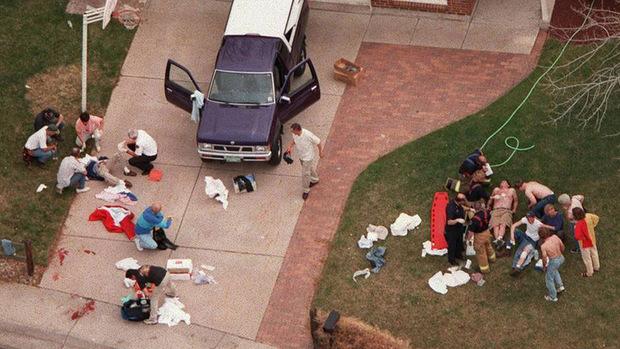 Verletzte werden nach dem Columbine-Amoklauf versorgt.