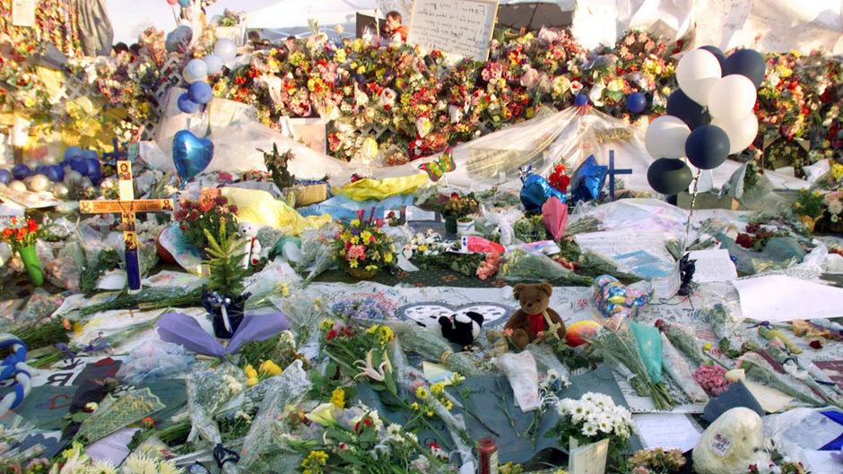 Ein Meer aus Andenken an die 12 Schüler und einen Lehrer, die an jenem 20. April ihr Leben lassen mussten. Das Massaker hat sich tief in die kollektive Psyche der USA eingebrannt.