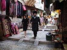 In Jerusalem marschiert ein Pärchen durch die Verkaufsgassen.