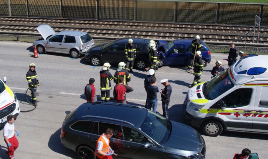 Bei dem Unfall auf der Brennerbundesstraße wurden mehrere Personen verletzt.