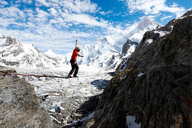 Die Berge war seine Leidenschaft: David Lama auf der Slackline.