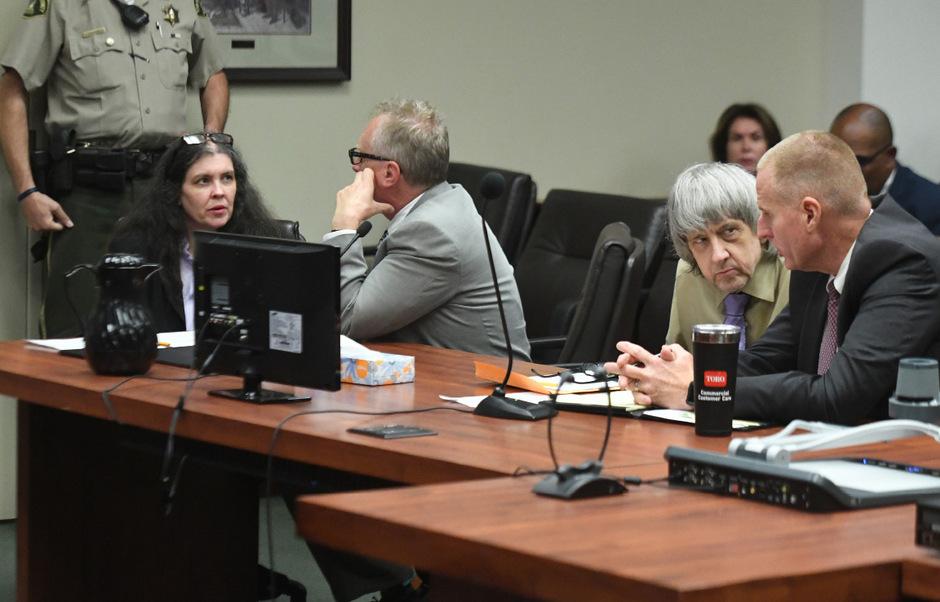 Louise (li.) and David Turpin (2.v.re.) gaben zu, zwölf ihrer 13 Kinder gefoltert zu haben.