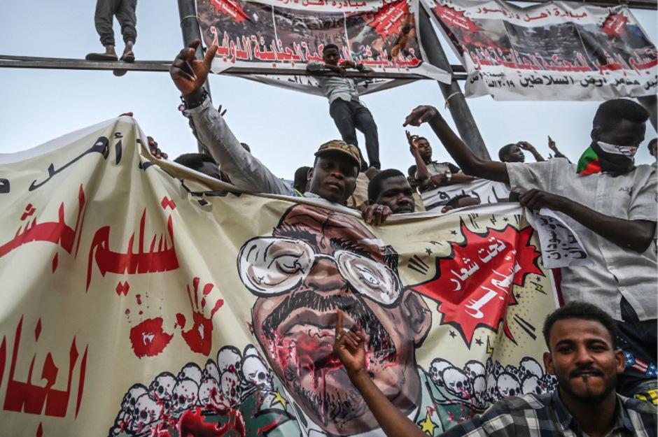 Tausende Regierungsgegner hielten für mehr als zwei Wochen eine Sitzblockade vor der Zentrale der Militärführung ab.