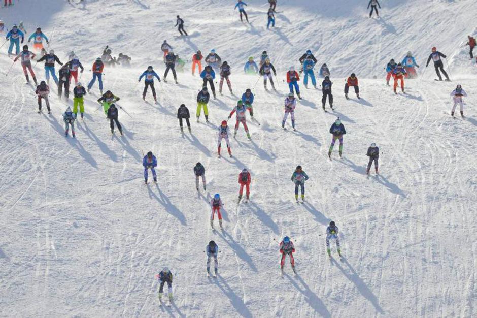 555 furchtlose Sportler aus aller Welt stürzten sich beim Massenstart am Vallugagrat ins Rennen.