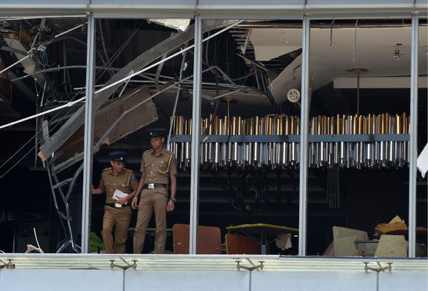 Polizisten im zerstörten Restaurant-Bereich des Luxushotels Shangri-La in Colombo.